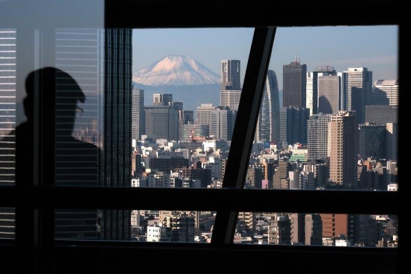 """Japón """"contempla"""" decretar estado de emergencia para Tokio por aumentos de casos de COVID-19"""