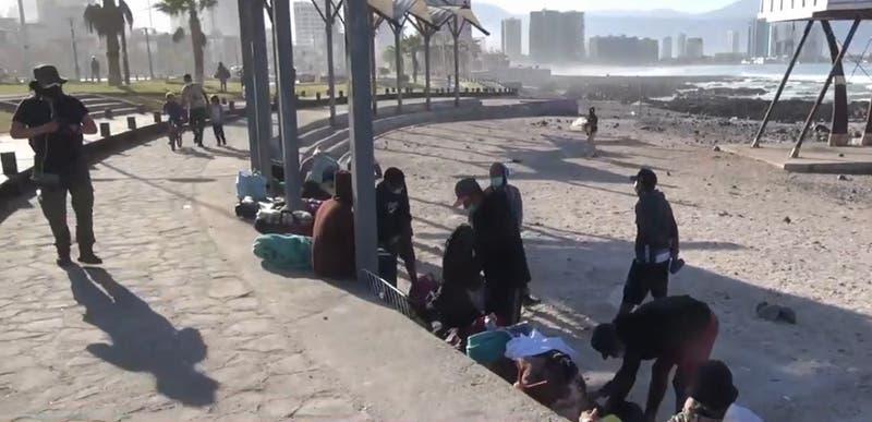 Venezolanos son desalojados del borde costero de Iquique: Acampaban y lavaban ropa en el lugar