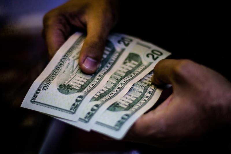 Dólar se pega un fuerte rebote ante caída generalizada de los emergentes y compras de las AFP