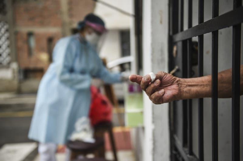 Perú reinicia operativos casa por casa ante inminente segunda ola de covid-19