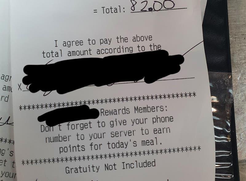 El desubicado mensaje que un cliente le dejó como propina a un mesero que lo atendió con mascarilla