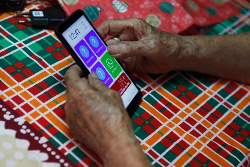 """Campaña """"Vamos Chilenos"""" entrega celulares a adultos mayores de La Pintana para alertas de salud"""