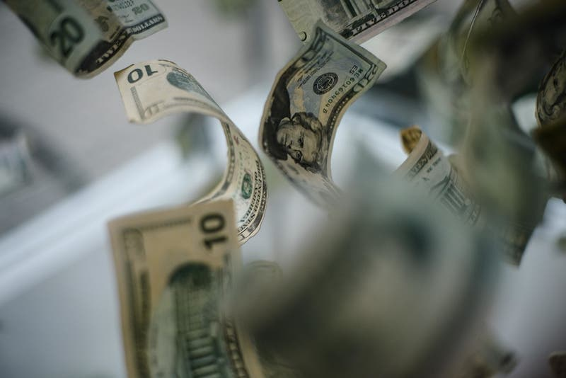 Anuncio de Banco Central hace saltar al dólar y divisa rompe la barrera de los $ 740