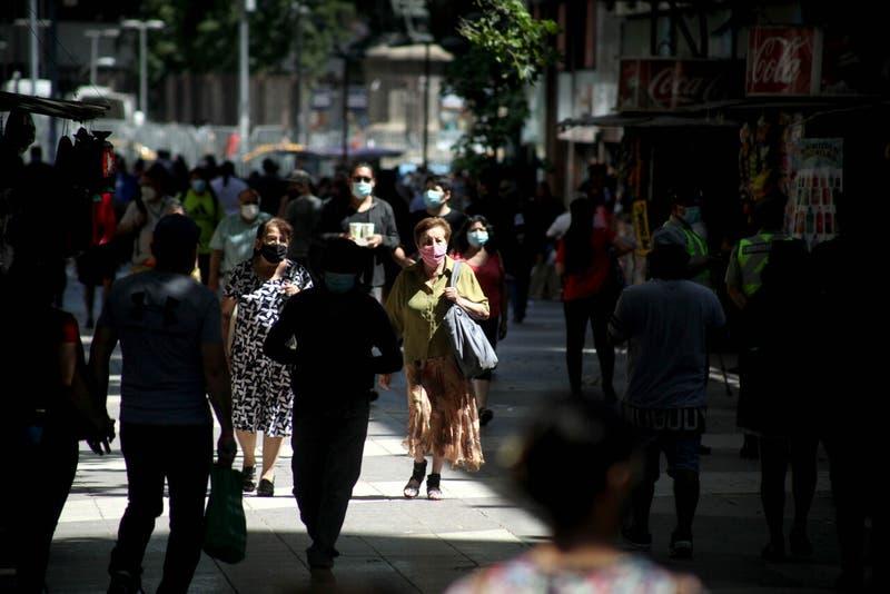 Salud mental de chilenos mejoró en noviembre por mayor actividad económica y relajo de cuarentenas