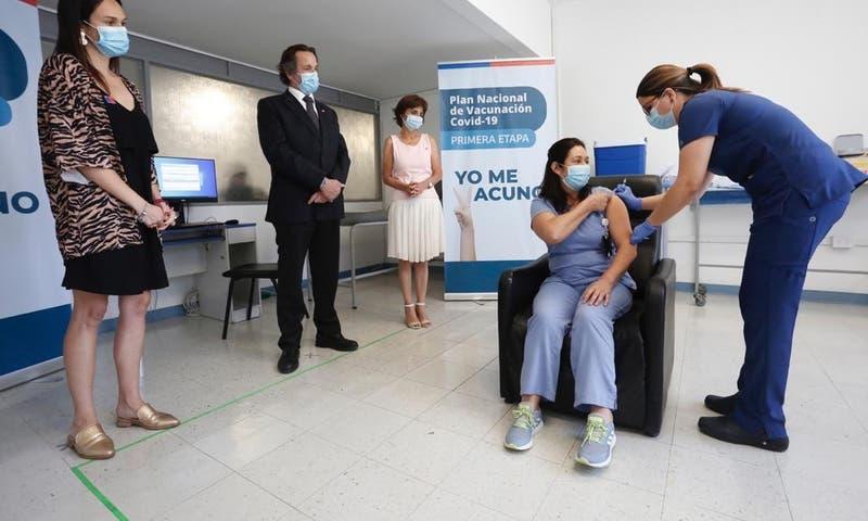 Personal de Salud de Santiago recibe la segunda dosis de la vacuna contra COVID-19