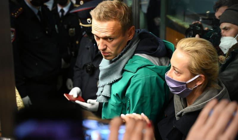 Policía rusa detiene a opositor Navalni en el aeropuerto de Moscú