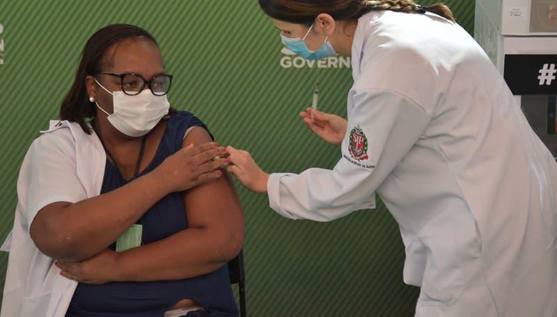 Enfermera de Sao Paulo se convierte en la primera vacunada contra el coronavirus en Brasil
