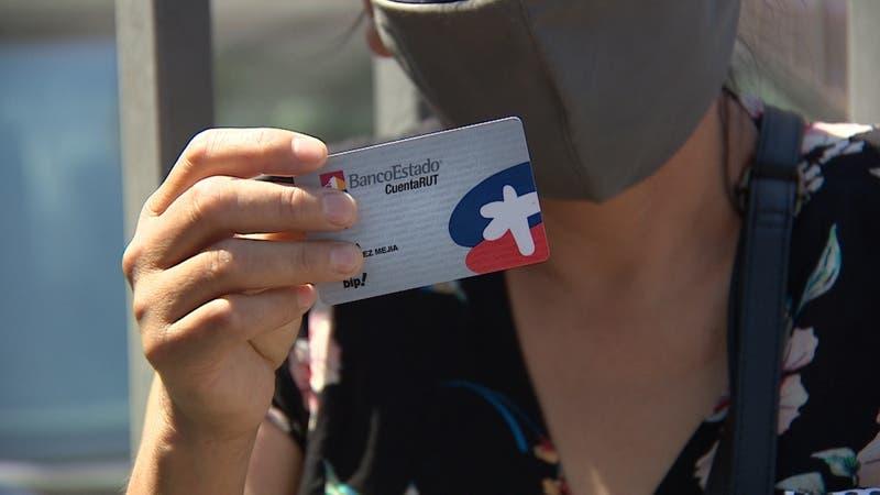 [VIDEO] Confusión entre clientes de BancoEstado: largas filas para renovar tarjeta de Cuenta RUT
