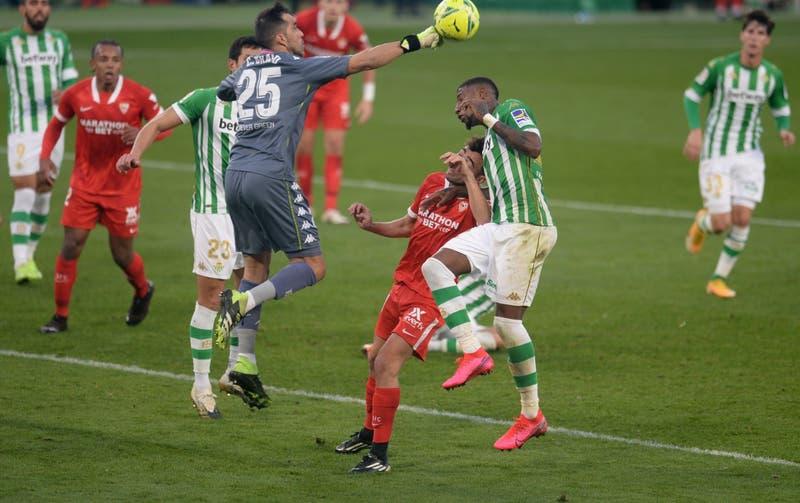 Claudio Bravo sufre nueva lesión y se perderá al menos dos partidos del Real Betis