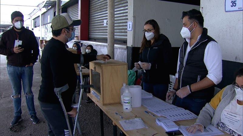 Gobierno excluye a casos COVID de voto anticipado: Propuesta desata críticas de la oposición