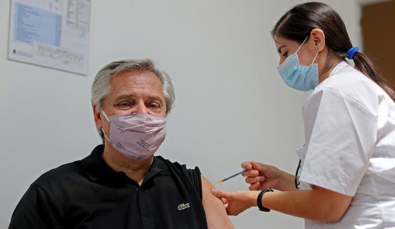 Presidente de Argentina Alberto Fernández recibe la vacuna Sputnik V contra el COVID-19