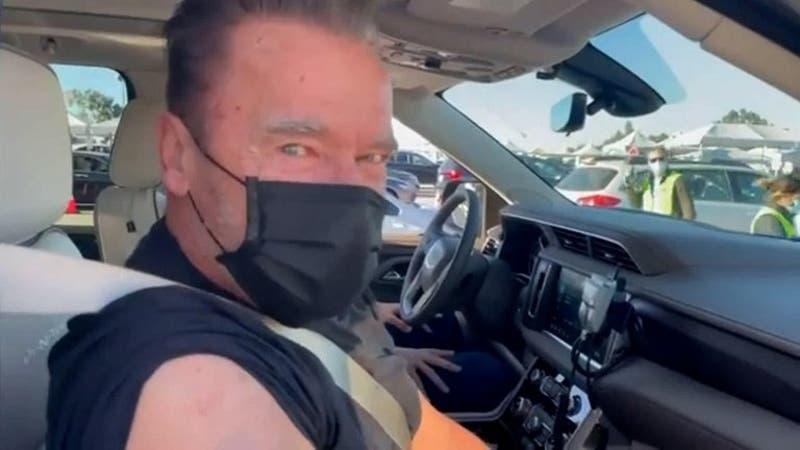 """Schwarzenegger se vacuna contra el COVID-19 e insta a la población: """"Ven conmigo si quieres vivir"""""""