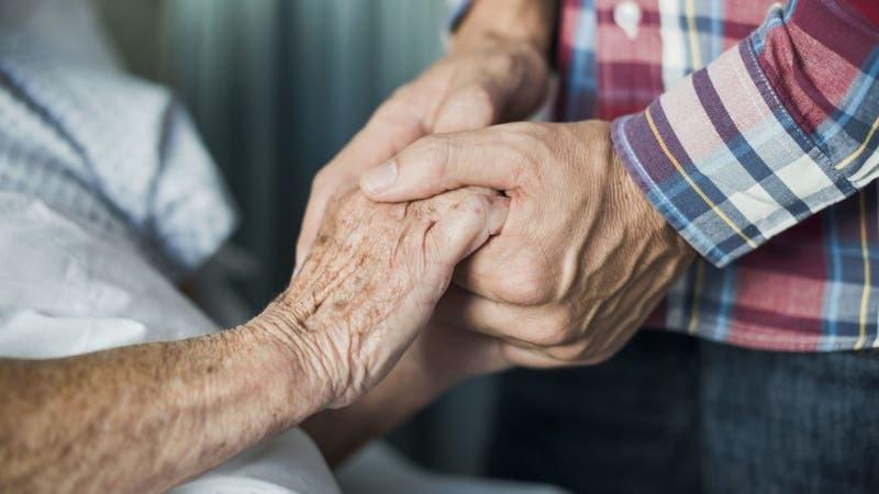 Abuelitos mueren tomados de las manos tres días antes de vacunarse contra el COVID-19