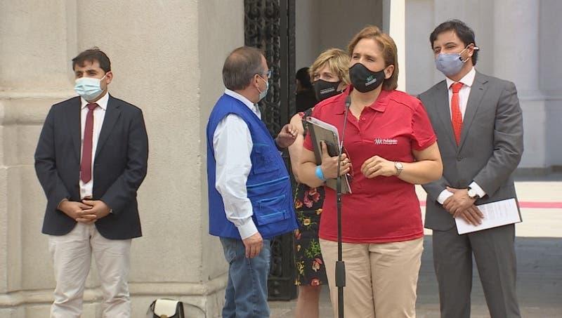 """Proceso de vacunación en Chile: Alcaldes llaman a no ir """"de manera espontánea"""" a los consultorios"""