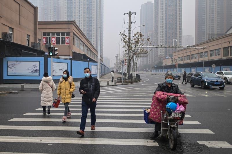 Familiares de víctimas del virus en Wuhan acusan a autoridades de silenciarlas en visita de la OMS