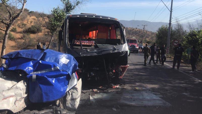 Colisión entre micro y auto deja un muerto y cinco heridos en Limache