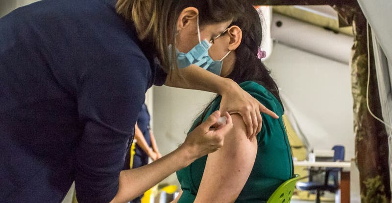 Ranking sobre el manejo de la pandemia en el mundo ubica a Chile entre los últimos 10 países