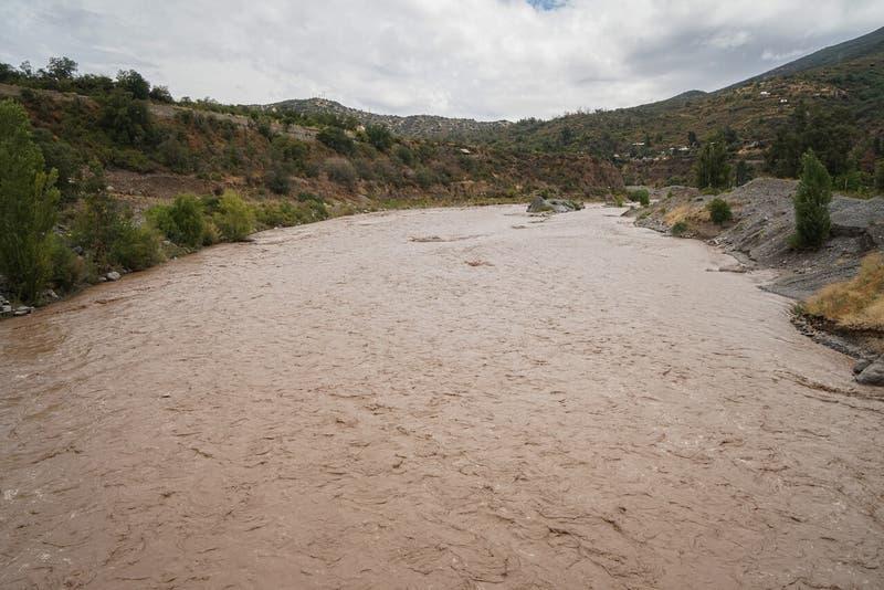 """Autoridades recomiendan """"restringir el consumo de agua en los domicilios"""" por turbiedad en los ríos"""