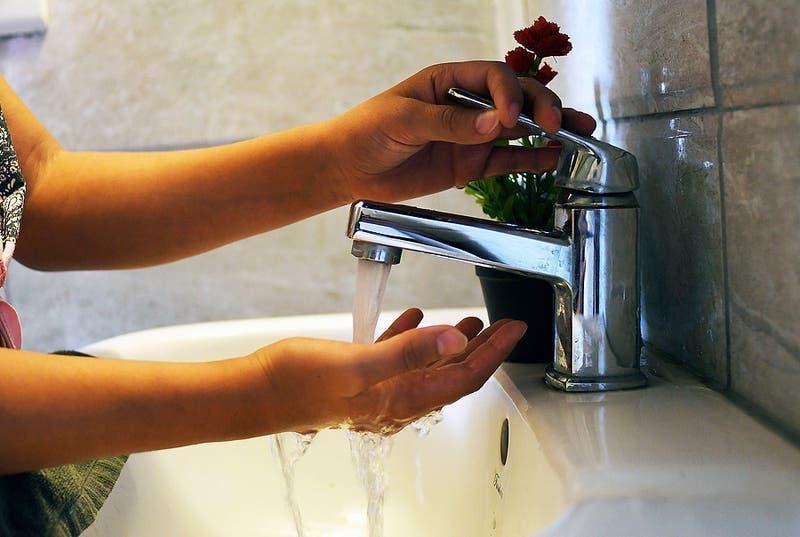 Gobierno asegura abastecimiento de agua y descarta cortes del servicio