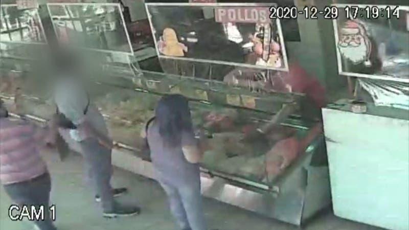 Hombre es apuñalado en carnicería de Santiago porque se habría adelantado en la fila