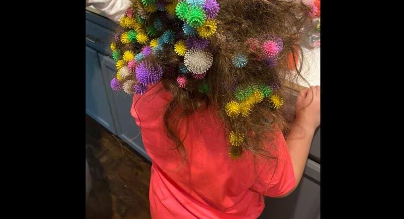 Madre pasa 20 horas desenredando 150 juguetes de cabello de hija