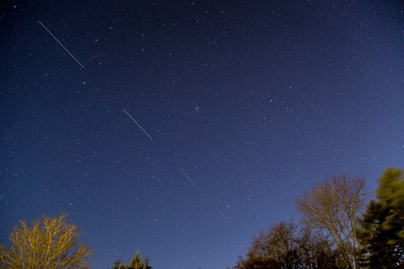 Cómo y cuando ver el paso de los satélites Starlink por los cielos chilenos