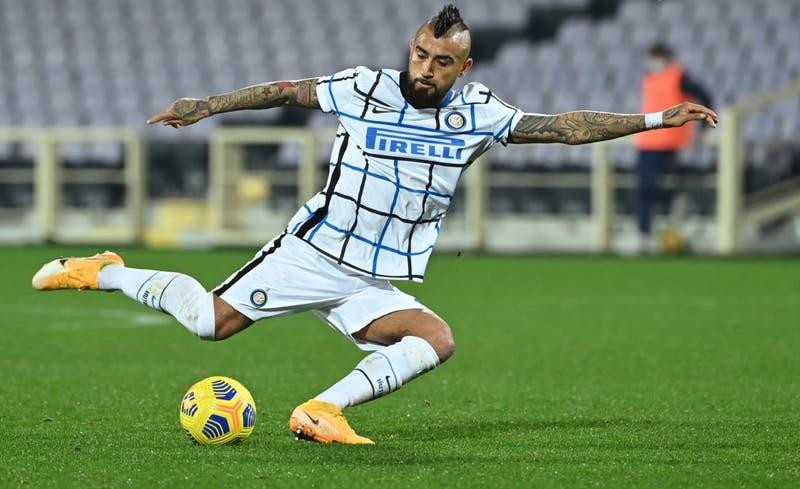 Vidal enciende las alarmas tras ser reemplazado por una contusión en la rodilla en el Inter