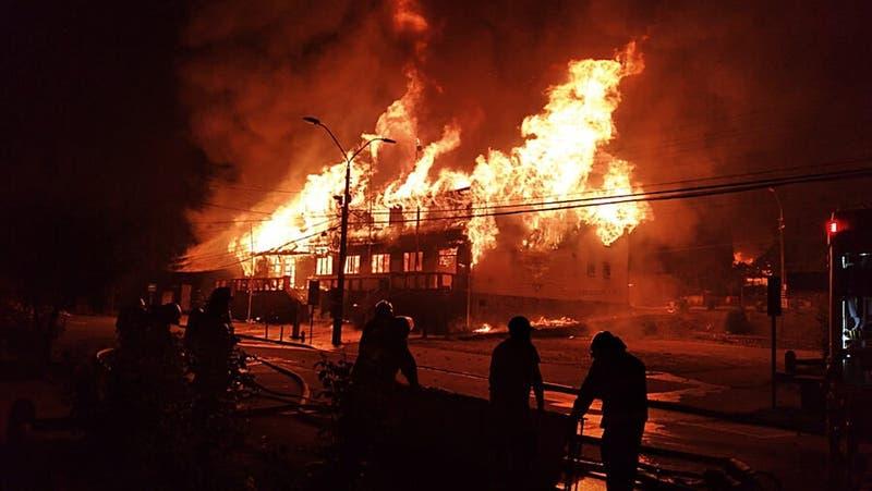 Incidentes en Panguipulli: Incendian Municipalidad tras muerte de malabarista