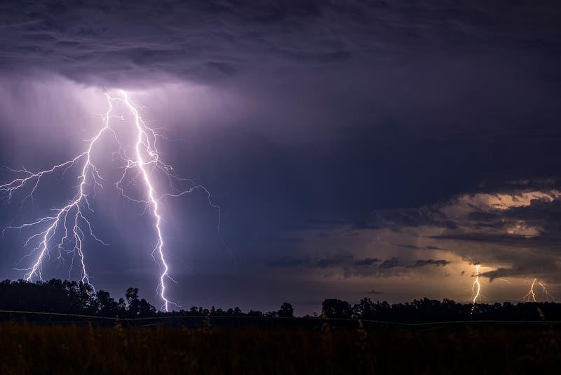 Dirección Meteorológica emite aviso por tormentas eléctricas entre Coquimbo y La Araucanía