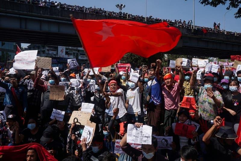 Los manifestantes contra el golpe en Birmania desafían las amenazas de represión