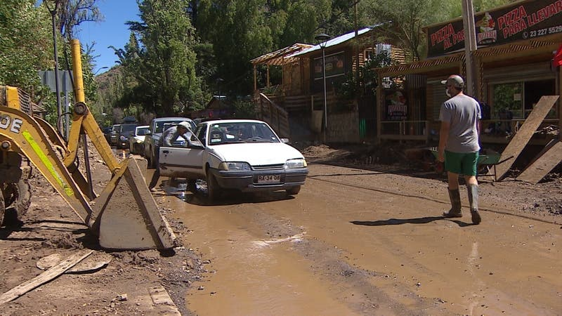 Diez días después del aluvión en San José de Maipo realizan limpieza de rutas