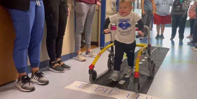 Emotiva salida de hospital de niño de 2 años: sufría parálisis