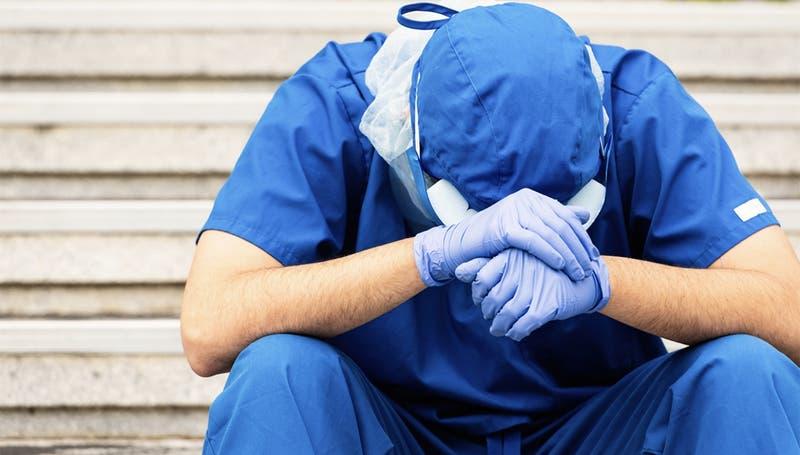 """""""El médico trucho"""": Joven se hizo pasar por doctor, atendió pacientes con COVID-19 y uno murió"""