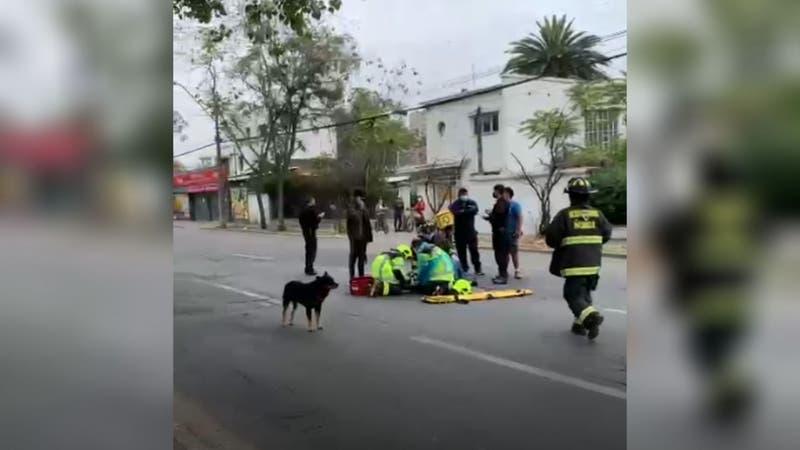 Concejal de Ñuñoa ayuda a motociclista accidentado en la vía pública