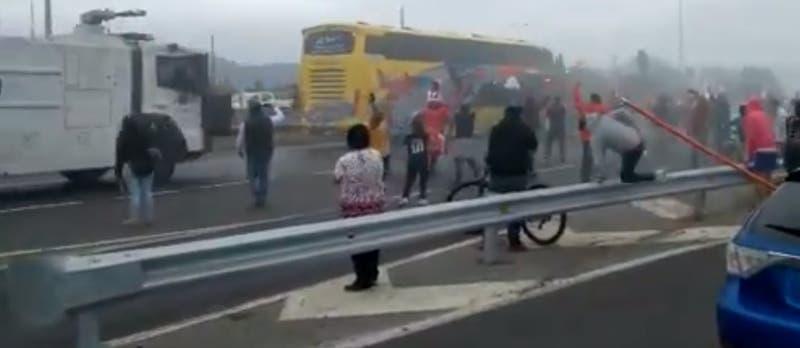 Carabineros dispersa a hinchas de Colo Colo en la Ruta 5 Sur