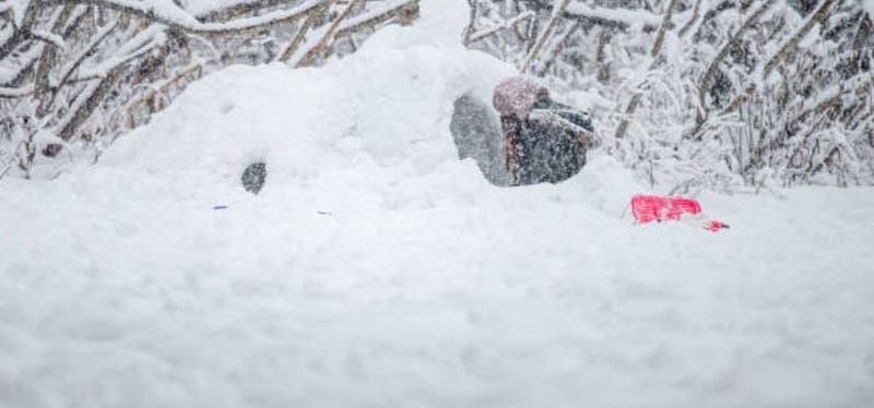 Niño de 7 años muere al derrumbarse iglú casero en Suiza