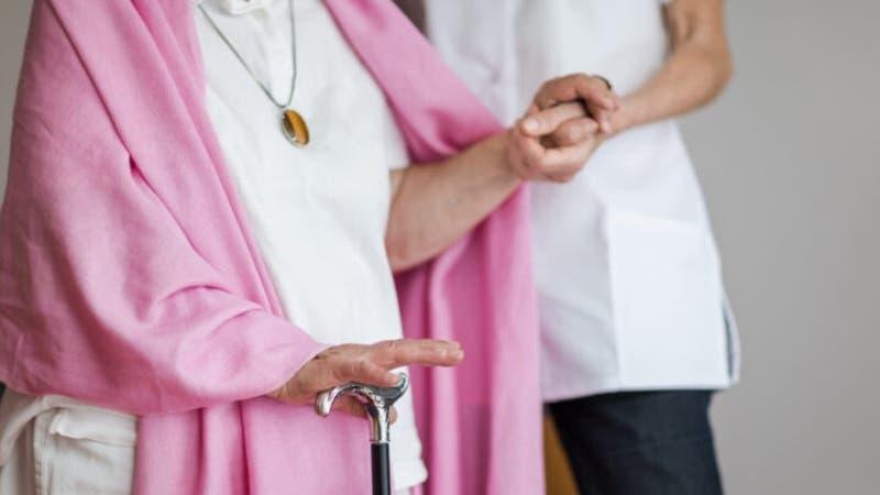 """Dos mujeres se """"vistieron como ancianas"""" para recibir vacuna contra el COVID-19 en Estados Unidos"""
