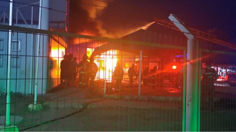 Bomberos trabaja para combatir incendio industrial en Concón: reportan explosiones en fábrica