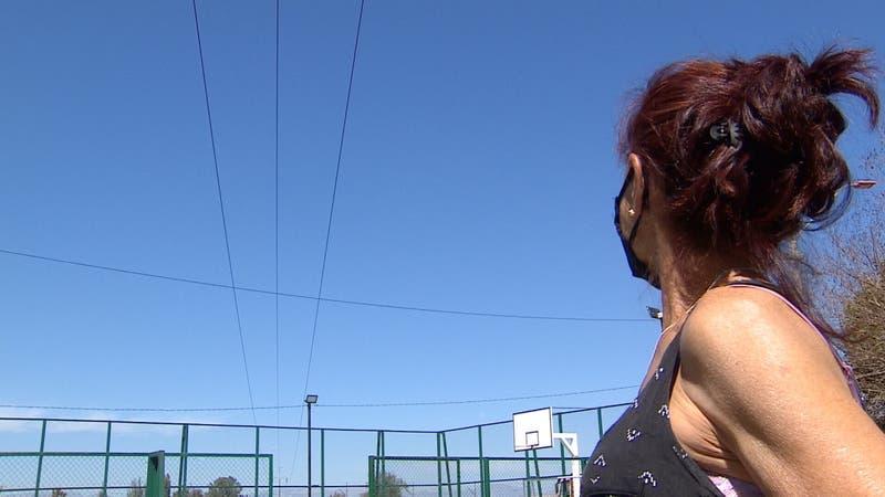 [VIDEO] Peligroso error de planificación: construyeron multicancha bajo cables de alta tensión