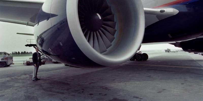 Boeing 777 aterriza de emergencia en Moscú (problema en el motor)