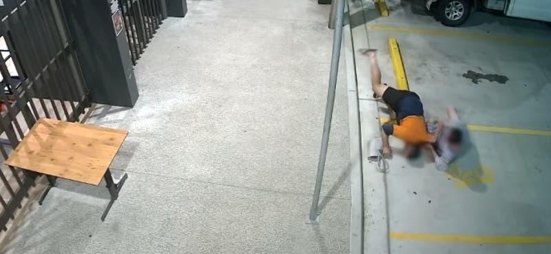 Abuela persigue y golpea a ladrón que le robó su bolso en un bar