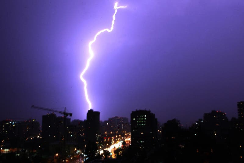 Alertan sobre posibles tormentas eléctricas en la región Metropolitana y de Valparaíso