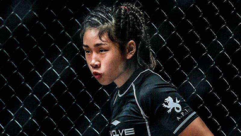 [VIDEO] Luchadora de MMA debuta a los 16 años como profesional estrangulando brutalmente a su rival