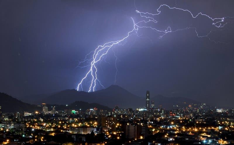 Emiten aviso meteorológico por probables tormentas eléctricas en 8 regiones del país
