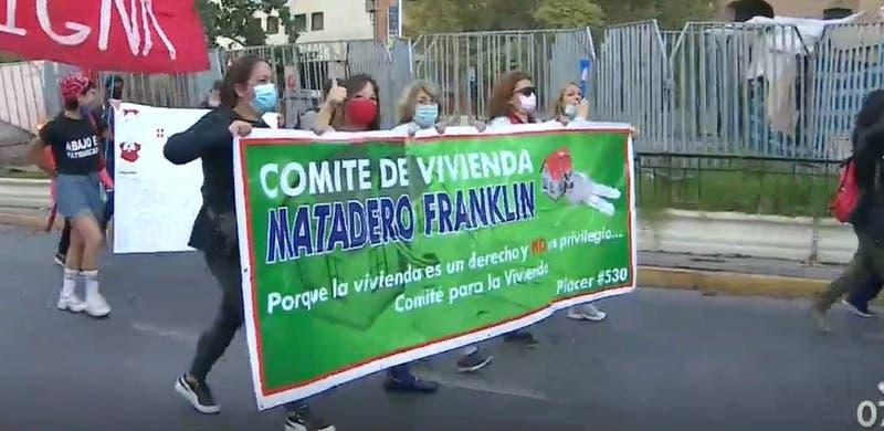 """Viviendazo"": Manifestantes interrumpieron tránsito en la Alameda"