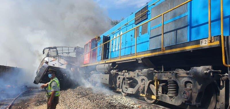 Al menos dos muertos deja choque de tren con un bus en cruce ferroviario de la comuna de Cabrero