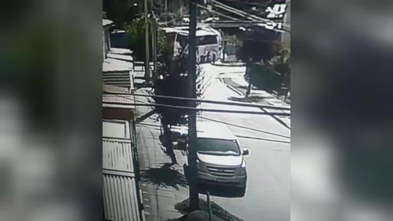 Video muestra momento exacto del choque entre un tren y un bus en la comuna de Cabrero