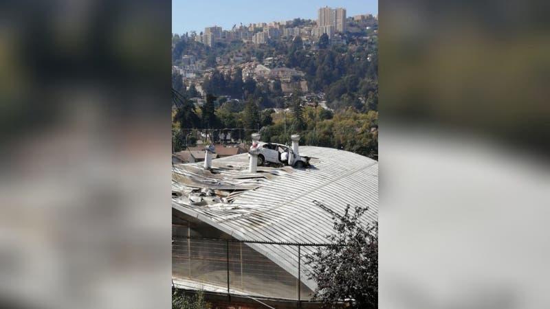 """Auto """"sale volando"""" de una bajada y termina sobre el techo de un gimnasio en colegio de Viña del Mar"""