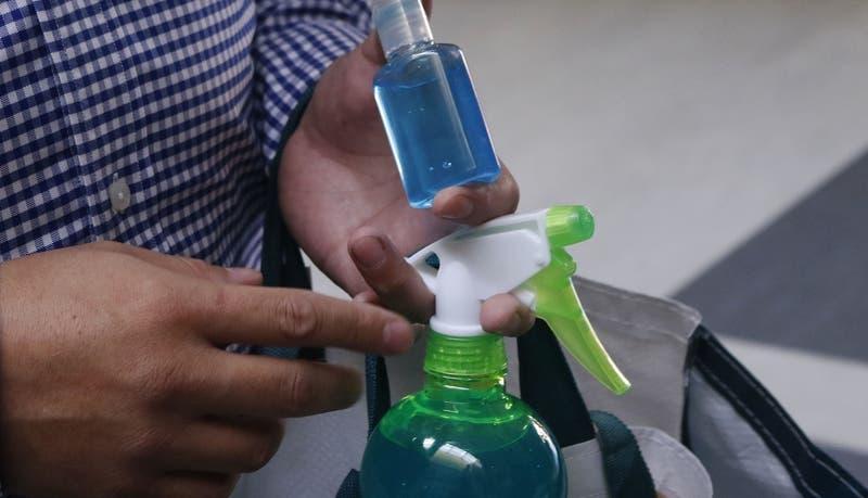Profesores denuncian entrega de mascarillas de mala calidad y alcohol gel vencido