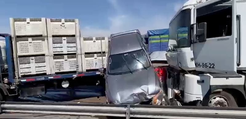 Colisión múltiple deja a seis vehículos dañados en la Autopista del Maipo